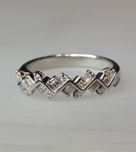 角ダイヤとメレーダイヤの、V字リングのプラチナ